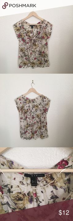 ✨Floral short sleeve blouse✨ Really pretty top in great condition! It has a tie in the front. Mango Tops Blouses