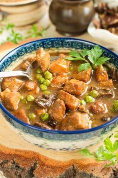 Staropolski gulasz z suszonymi grzybami i zielonym groszkiem Pork Recipes, Cooking Recipes, Polish Recipes, Special Recipes, Wok, Thai Red Curry, Stew, Food To Make, Salads