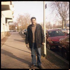 """serdar; 38; taxifahrer; """"ich bin ein fußball-freak und deswegen bin ich 91 aus istanbul abgehauen. ich wollte unbedingt wo in berlin spielen und einfach mal kucken. eine weile hab ich für türkiyemspor gekickt, das war's dann auch. geblieben bin ich aber, in die stadt hab ich mich verliebt. berlin ist zwar nicht so groß wie meine alte heimat, aber das geht schon. manchmal vermiss ich meine familie, die war nur einmal auf besuch und ja was soll ich sagen, denen hat's hier nicht gefallen."""""""