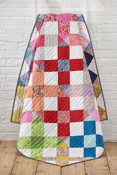 Showcase your love of Liberty prints with Lynne Goldsworthy's supersize cross blocks! The latest in our free quilt patterns series shows you how its done...