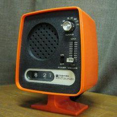 Toshiba clock radio - retro mod mid century orange and black Retro Design, Vintage Designs, Retro Vintage, Radio Antigua, Old Technology, Transistor Radio, Record Players, Futuristic Design, Console