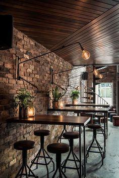 Donnys Bar Éclairage et tables hautes