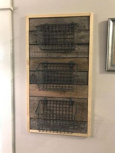64a53fb8d6ce4 Pallet wood and wire basket wall hanging organizer  Pallethouse Projekty Z  Palet
