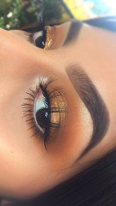 Gold eyeshadow - Perfect Golden Eyeshadow Ideas for Glam Makeup Looks - US Makeup Trends Gold Eyeshadow Looks, Golden Eyeshadow, Makeup Eye Looks, Glam Makeup Look, Eye Makeup Steps, Cute Makeup, Skin Makeup, Makeup Brushes, Makeup Box