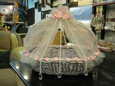 Perfect baskets for wedding - 20 Unique Decorative Wedding Baskets Inspiration Wedding Gift Baskets, Diy Gift Baskets, Wedding Gift Wrapping, Indian Wedding Gifts, Indian Wedding Decorations, Floral Decorations, Wedding Crafts, Wedding Favors, Trousseau Packing