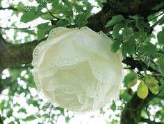 Une jolie balançoire, quelques roses et de belles suspensions de dentelles faites main... Parfait pour créer une ambiance délicate le jour du mariage ! Mode d'emploi de cette déco romantique.