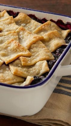 This Blueberry Cobbler's topping is made with a patchwork pie crust that's fuss-free and tastes delicious. The blueberry filling is easy too: a simple recipe of sugar, cornstarch, blueberries (fresh or frozen, whatever you have on hand!) and lemon juice. Blueberry Cobbler Recipes, Fruit Cobbler, Blueberry Desserts, Fruit Recipes, Pie Recipes, Dessert Recipes, Cooking Recipes, Blueberry Juice, Blackberry Cobbler