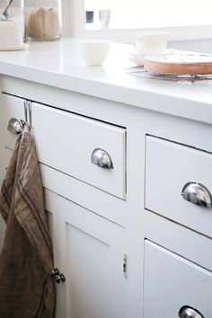 Weekend project: a fresh kitchen makeover Kitchen Cabinet Design, Kitchen Storage, Kitchen Cabinets, Christmas Bathroom Decor, Classic Cabinets, Functional Kitchen, Laundry In Bathroom, Weekend Projects, Country Kitchen
