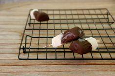 Polos de plátano y chocolate Soap, Dishes, Chocolate, Bonbon, Pie, Schokolade, Flatware, Chocolates, Plates