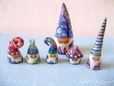 Mini gnomos esculpidas en arcilla y pintado a mano - no es un DIY, pero piensan en términos de arcilla de sal y un poco de pintura .: