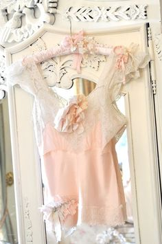❤ Darling little top. I would love to wear this.  B.