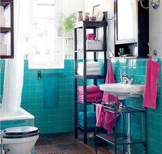 Das Badezimmer in Blau und Weiß mit pinken Akzenten