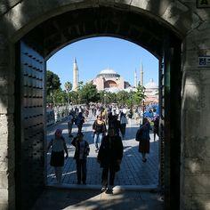 10 Interessante Orte in #Istanbul findest Du in meinem neuen Blogbeitrag. Klicke einfach oben in den Link in der Bio! ( #Foto Tor der #BlaueMoschee Richtung #HagiaSophia) #geheimtipp #Geheimtipps #interessant #sehenswürdigkeit #istanbulturkey #Städtereise #städtereisen #reisefoto #Reise #Reisen #Türkei #türkei2016 #tuerkei #turkeyhome #turkey #Fernweh #Urlaub #urlaub2016 #germanblogger #travelblog #travelblogger #Reiseblog #Reiseblogger  #Folgemir im #TürkeiReiseblog