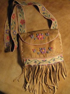 Northern Purses - Crafts of the North by Charissa Native Beadwork, Native American Beadwork, Beaded Purses, Beaded Bags, Diy Leather Projects, Nativity Crafts, Fabric Bags, Beading Patterns, Purses And Bags
