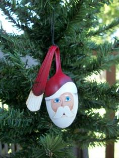 Handpainted Santa Spoon Ornament. Fun Christmas craft idea!....cute cute cute. too bad i can't paint lol