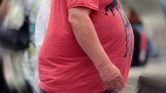 """Dass überschüssige Pfunde nicht unbedingt der #Gesundheit zuträglich sind, weiß jeder. Doch starkes #Übergewicht erhöht nicht nur das Risiko für zahlreiche Krankheiten. Eine internationale Studie, die im Fachblatt """"The Lancet"""" veröffentlicht wurde, zeigt: Dicke sterben früher. Für Menschen mit mäßigem Übergewicht verkürzt sich die Lebenserwartung demnach um ein Jahr, für Menschen mit starkem Übergewicht (Adipositas) sind es sogar zehn Jahre, sagen die Forscher. Zuvor hatten sie Daten von…"""
