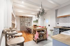 División natural - AD España, © Lupe Clemente Cocinas Kitchen, Beautiful Homes, Kitchen Island, Dining, Table, Furniture, Madrid, Natural, Home Decor