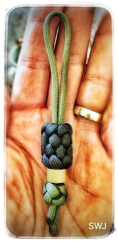 Knife lanyard/key fob Paracord Keychain, 550 Paracord, Paracord Bracelets, Rope Crafts, Diy And Crafts, Paracord Braids, Paracord Projects, Paracord Ideas, Parachute Cord