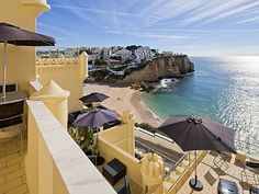 Resembling a castle and perched on a cliff above Carvoeiro Beach, Castelo Guest House offers panoramic views of the Atlantic Ocean and Carvoeiro fishing. Portugal, Hotel Reservations, Beaches In The World, Most Beautiful Beaches, Fashion Room, Hotel Spa, Algarve, Travel Inspiration, Terrace