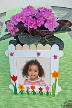 Fényképtartó anyák napjára | Zsorika kreatív ötlettára Mother's Day Activities, Mothers Day Crafts For Kids, Garden Design, Creative, Frame, Elsa, Pictures, Craft Stick Crafts, Bricolage
