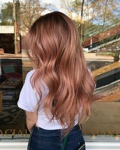 Idées et Tendances Cheveux longs 2017 Image Description We're here for this perfect shade of rose gold, created by with the magic formula below… Dye My Hair, New Hair, Your Hair, Wavy Hair, Blond Rose, Cabelo Rose Gold, Gold Hair Colors, Balayage Hair, Rose Gold Balayage