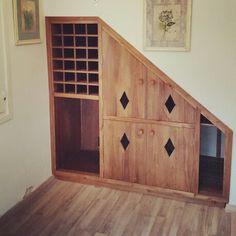Aprovechando espacios bajo la escalera bodega vinos - Muebles bajo escalera ...