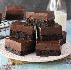 Μια εύκολη συνταγή για το τέλειο σοκολατένιο γλύκισμα. Υπέροχο πυκνό μπράουνις στη βάση, μετέλειακρέμα ζαχαρούχου γάλακτος και νουτέλας και σοκολατένιο
