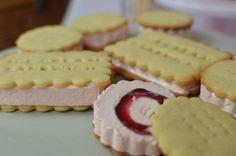 Vanilla sugar cookie and strawberry ice-cream sandwiches from www.lattemamma.fi