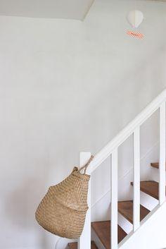 Dit is het! Spullen van verdiep naar verdiep met stijl! Zouden de huisgenoten nu iets meenemen naar boven?
