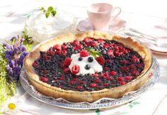 Pai med bær og krem er alltid en vinner. Kjøp ferdig paideig dersom du vil gjøre det ekstra enkelt. Denne oppskriften på en nydelig dessertpai med blåbær og bringebær gir ca 10 biter.