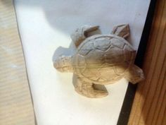 Easy Carved Wooden Turtle DIY: 3 Steps (with Pictures) Wood Carving Designs, Wood Carving Patterns, Woodworking Bed, Woodworking Crafts, Small Turtles, Whittling Wood, Bois Diy, Easy Animals, Wooden Animals