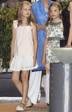 Para esta velada en familia, las hijas de los Reyes optaron por looks cómodos y fresquitos. En el caso de la princesa Leonor, con un top beige y falda blanca, mientras que la infanta Sofía escogió un vestido de estampado floral en tonos verdes. 31 Jul 2016