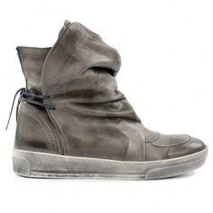 Sportieve grijze leren laarzen met een witte rubberen zool. De laarzen hebben een soepele grote kap over de schacht lopen die aan de achterkant is vastgeknoopt met touw. De zool is 3 cm dik. De binnenvoering is van leer en de laarzen hebben een uitneembar