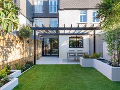 This small contemporary garden design in Wimbledon perfectly uses the space available - adapting and upgrading the exsiting small garden with new features. Urban Garden Design, Contemporary Garden Design, Back Garden Design, Backyard Garden Design, Patio Design, Backyard Patio, Contemporary Landscape, Brick Wall Gardens, Brick Garden