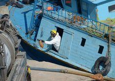 マルタ・バレッタ(Valletta)港で、多数の難民の遺体が発見された船から出る当局職員(2014年7月20日撮影)。(c)AFP/MATTHEW MIRABELLI ▼23Jul2014AFP|難民船内で140人虐殺か、男5人を拘束 イタリア http://www.afpbb.com/articles/-/3021242