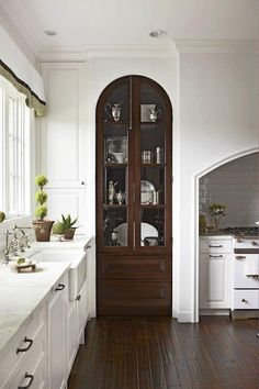 Kitchen Pantry Design, Kitchen Pantry Cabinets, Wood Cabinets, Rustic Kitchen, Kitchen Decor, Dark Cabinets, Floors Kitchen, Kitchen Ideas, Kitchen Stove