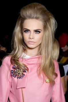 Beauty Crush: Cara Delevingne Takes Fashion Week By Storm! Sixties Hair, 1960s Hair, 70s Hair Men, Mad Men Hair, Sixties Makeup, 1960s Makeup, Circus Makeup, Retro Hairstyles, Wedding Hairstyles