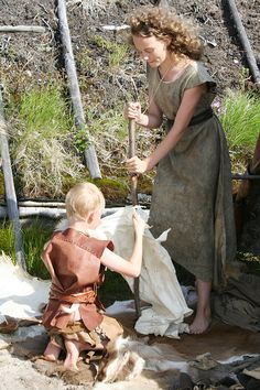 Kylän asukkaat näyttivät miten nahkaa pehimitettiin kivikaudella. Oulu (Finland)