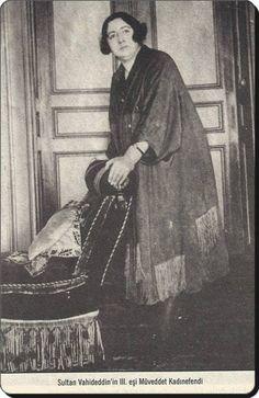 Sultan VI. Mehmet Vahdettin'nin üçüncü eşi.  Şâdiye Meveddet hanımefendi (1893 Adapazarı - 1951 İstanbul /Çengelköy)