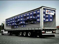 Marketing experiencial Misma técnica que en el camión de Coca-Cola está vez de la mano de Pepsi. La idea es mostrar el producto a los conductores y viandantes para crear en ellos una reacción de querer el producto mostrado. Ya se sabe que la publicidad entra por los ojos.