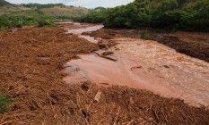 O Rio Doce, coberto da Lama das barragens de mineração Foto: Daniel Marenco / Arquivo O Globo/09-11-2015