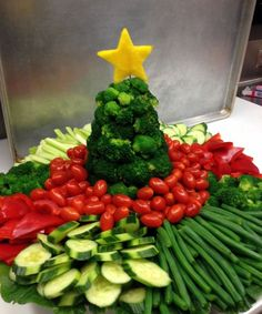 Holiday Vegetable Trays are festive, easy to make, healthy & delicious! Add fun … Holiday Vegetable Trays are festive, easy to make, healthy & delicious! Add fun to your Christmas table with one of these great vegetable/ fruit tray ideas. Christmas Veggie Tray, Christmas Party Food, Christmas Brunch, Xmas Food, Christmas Appetizers, Christmas Cooking, Christmas Fruit Ideas, French Christmas, Christmas Foods