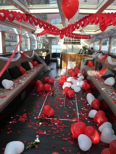Een #huwelijksaanzoek op een boot. De rode en witte #rozenblaadjes zijn geleverd door Rosensueel!