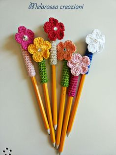Decoration for Crochet Cotton Flower pens pencils-reusable. Crochet Diy, Crochet Gifts, Crochet Motif, Crochet Flowers, Crochet Towel, Pen Toppers, Knitting Patterns, Crochet Patterns, Flower Pens