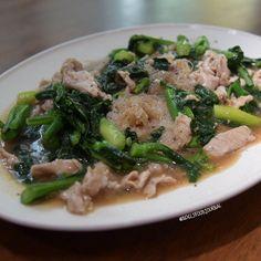 เสนหมราดหนาหมนม ---------------------------------- Stir-fried rice vermicelli in thick gravy with pork and Chinese broccoli. ---------------------------------- #NoelsHomeCuisine #NoelsFoodJournal by noelsfoodjournal
