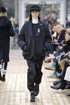The complete Undercover Fall 2018 Ready-to-Wear fashion show now on Vogue Runway. High Fashion, Womens Fashion, London Fashion, Fashion Brands, Autumn Fashion 2018, Vogue Russia, Fashion Show Collection, Undercover, Fall 2018