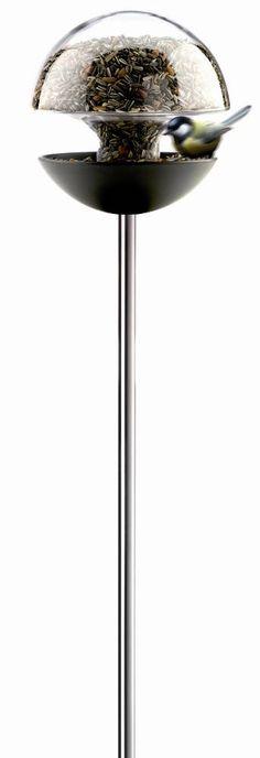Cette Mangeoire Eva Solo est adaptée aux petits oiseaux. Il suffit de remplir le réservoir en verre de la Mangeoire-plateau de temps en temps, et la nourriture descendra au fur et à mesure que les oiseaux mangent. Mangeoire design à planter en verre et métal 2,5 litres : Mangeoire EVA SOLO sur Jardindeco.com