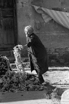 Mujer apaleando la lana del colchón (c. 1960). Fotografía de Manuel Lafuente Caloto. Archivo Histórico Provincial de Soria Spain Images, Foto Vintage, Game Of Thrones Characters, Mid Century, Fine Art, Puerto Rico, Photography, Fictional Characters, Crochet Carpet