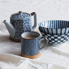 Von unseren Partnern in Japan aus 100% Keramik  gefertigt, begeistert unsere Tasse Onuma im japanischen Design. Verziert mit einem geometrischen Muster zaubert das edle Geschirr einen Hauch von Asien in Ihre Küche.