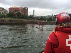 Cruz Roja del Mar de Arriluze cubriendo remo escolar en la Ría del Bilbao.